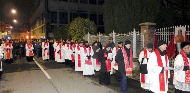 La Via Crucis con l'Arcivescovo a Erba: il passaggio davanti alla casa che fu di padre Aristide